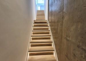Solución para reconducir la luz en unas escaleras estrechas