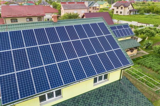 vista superior aerea nueva casa residencial moderna casa campo azul brillante sistema paneles fotovoltaicos fotovoltaicos techo concepto produccion energia verde ecologica renovable 127089 2957