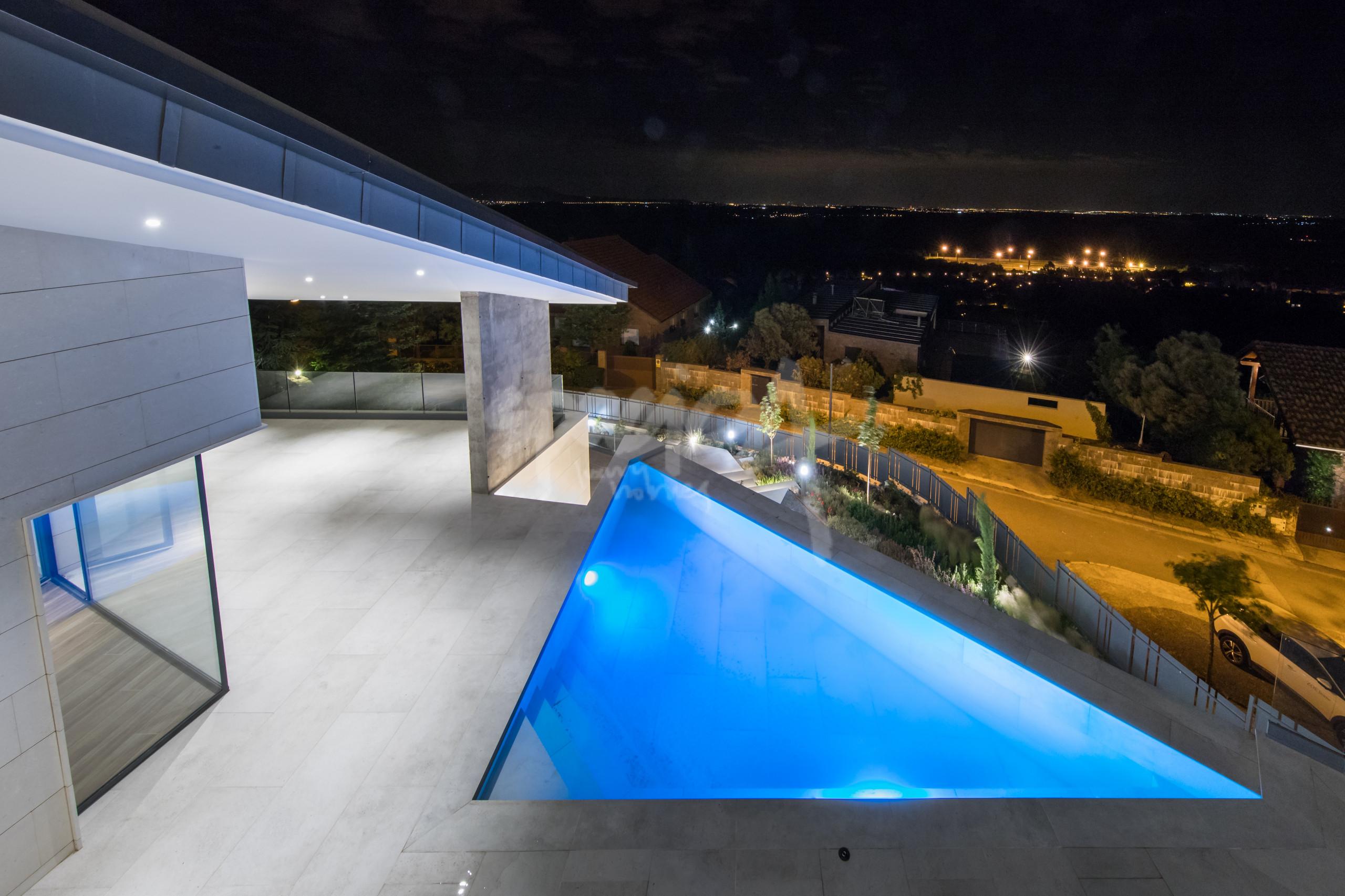 Iluminación LED para darle un toque a tu piscina.
